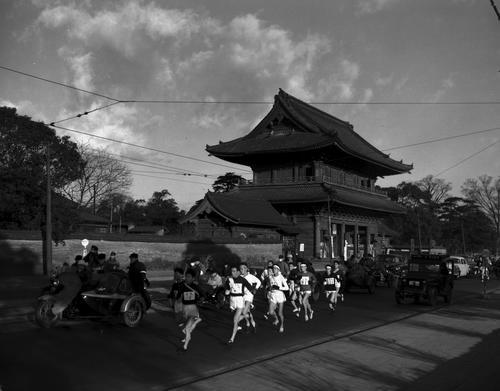第31回大会 往路1区増上寺前を行く集団(1955年1月2日)