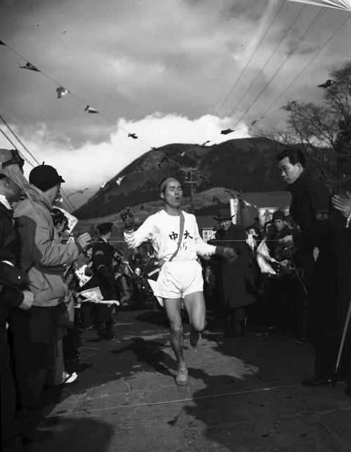 第31回大会 往路5区箱根郵便局前 往路優勝のゴールテープを切る中大5区谷敷正雄(1955年1月2日)