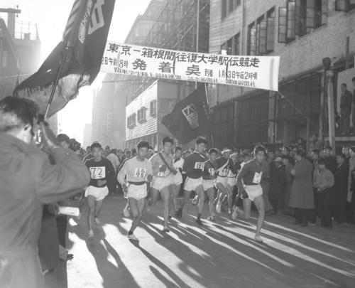 第32回大会 往路1区 午前8時、15校が読売新聞社横を一斉スタート(1956年1月2日)