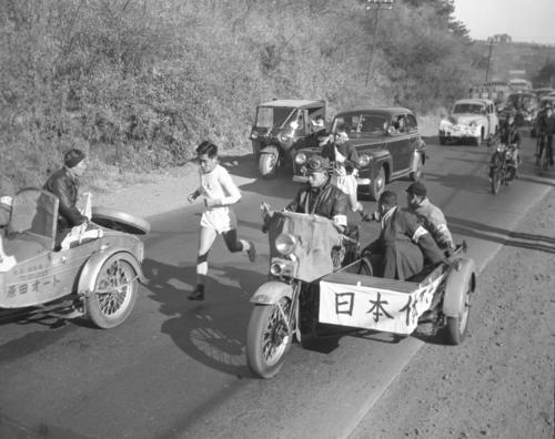 第32回大会 往路2区 保土ケ谷付近の2位争い、日大・岸国雄(左=1時間6分45秒・区間新)と日体大・服部利夫(右=1時間7分31秒)、2位、3位で戸塚中継所へ(1956年1月2日)