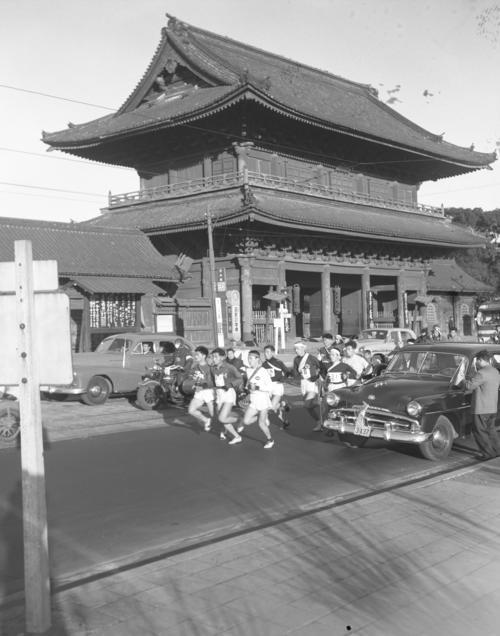 第32回大会 往路1区 増上寺前を先頭グループが一団となって通過(1956年1月2日)