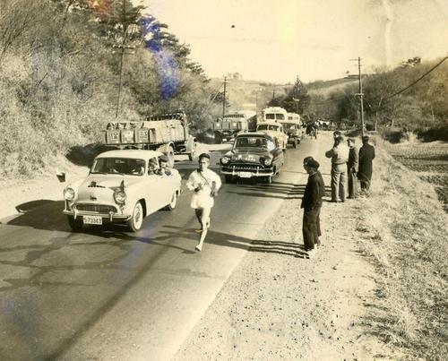第32回大会 往路2区 4位でタスキを受け子安でトップに立った中大・菊地直志は保土ケ谷付近を快走、1時間7分25秒で戸塚中継所へ(1956年1月2日)