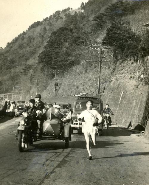 第32回大会 復路6区 快調に山を下る中大・西村良三、1時間14分46秒の区間新で小田原中継所へ(1956年1月3日)