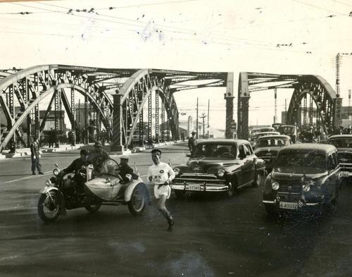 第32回大会 復路10区 2位日大との差を9分35秒に広げ優勝を決定的にした中大は、復路新、総合新が期待されたが、八ツ山橋を過ぎてからアンカー布上正之がブレーキ気味に(1956年1月3日)