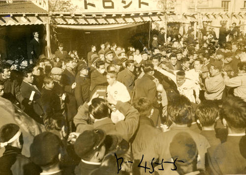 第32回大会 往路5区小田原オリオン座前中継所 日大・斎藤健也の猛追を辛くもかわしトップで5区谷敷正雄(左)にタスキを渡した中大・開前芳徳(右)(1956年1月2日)