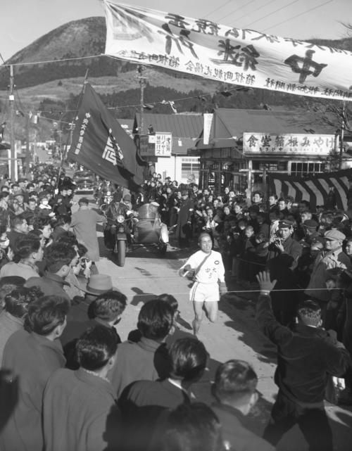 第32回大会 往路5区郵便局前ゴール 2位日大に5分24秒差をつけトップでゴールする中大・谷敷正雄。中大は6時間6分38秒で往路優勝(1956年1月2日)