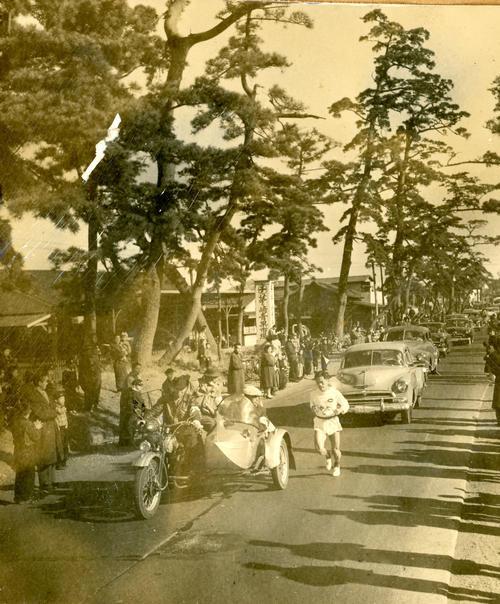 第32回大会 往路3区 茅ケ崎青果市場前を行くトップの中大・吉田斉(1956年1月2日)
