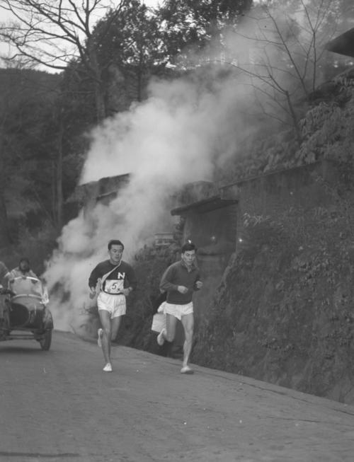 第33回大会 往路5区 先輩田中茂樹(右)の伴走で、小涌谷付近をトップで力走する日大・馬場英則(左)。※田中茂樹は51年日本初参加のボストンマラソンで優勝(2時間27分45秒)した(1957年1月2日)