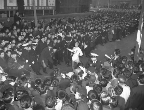 第33回大会 復路10区読売新聞社横ゴール 中大アンカーの佐藤光信は1時間10分31秒の区間新でトップ日大との差を1分10秒詰めたが2位でゴール、中大の3連覇はならなかった(1957年1月3日)