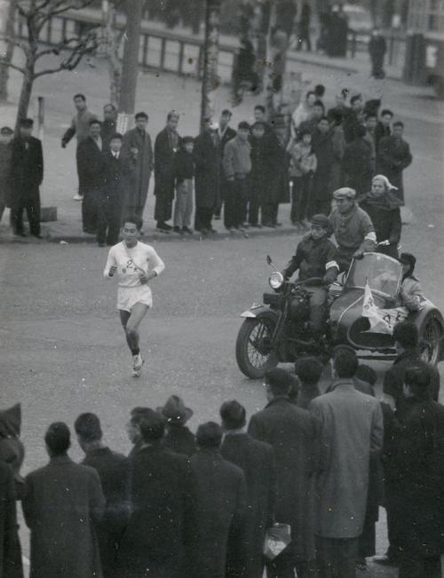 第33回大会 往路2区 生麦でトップに立った日大・岸国雄、前年自己の出した記録を34秒上回る1時間6分11秒の区間新で戸塚中継所へ(1957年1月2日)