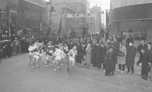 第33回大会 往路1区 午前8時、15校が読売新聞社横を一斉スタート(1957年1月2日)