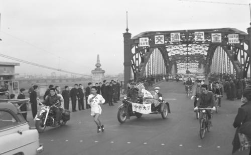 第33回大会 往路1区 トップで六郷橋を渡った3連覇を狙う中大・酒井邦郎(1957年1月2日)