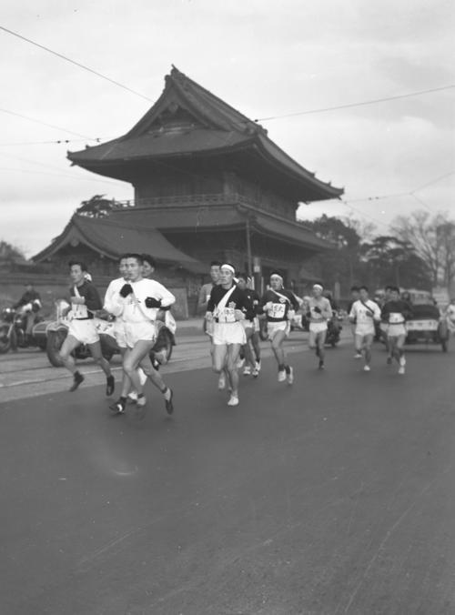 第33回大会 往路1区 増上寺前を一団となって通過(1957年1月2日)