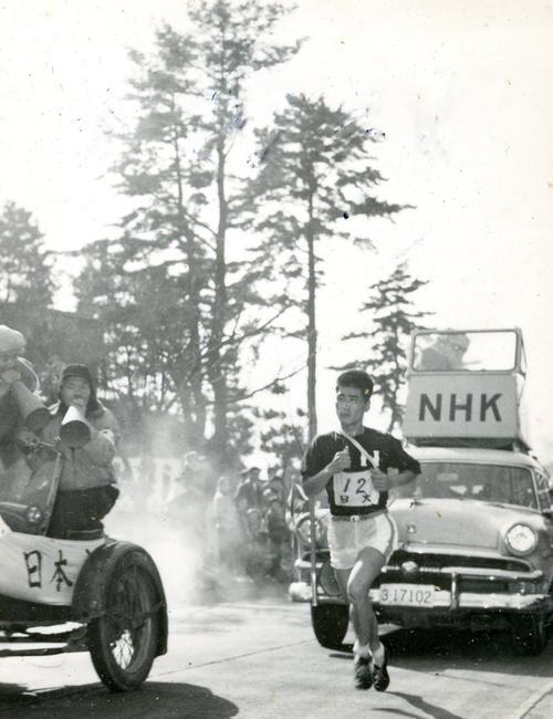 第33回大会 復路8区 2位中大に前区から5分20秒差を広げ9分40秒とし、優勝を決定づけた日大・川島義明。川島は56年メルボルン五輪マラソン5位(1957年1月3日)