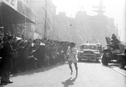 第35回大会 復路10区 田村町交差点付近から猛スパートを掛けた中大アンカー奥宮和文(1年)は、日大との差を2分22秒に開きゴールへ。中大は12時間1分23秒の大会新で3年ぶり8度目の優勝(1959年1月3日)