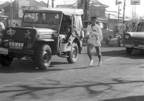 第35回大会 復路10区 日大4年横山和五郎が2分28秒差に迫ってくる中、必死で逃げる中大1年のアンカー奥宮和文(1959年1月3日)