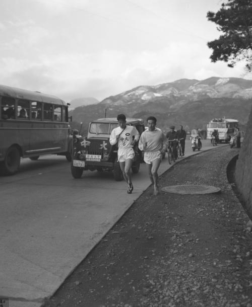 第35回 復路6区 往路で2位日大に5分28秒差をつけた中大は、6区作田誠一(左=3年、区間2位)が快調なペースで山を下る(1959年1月3日)