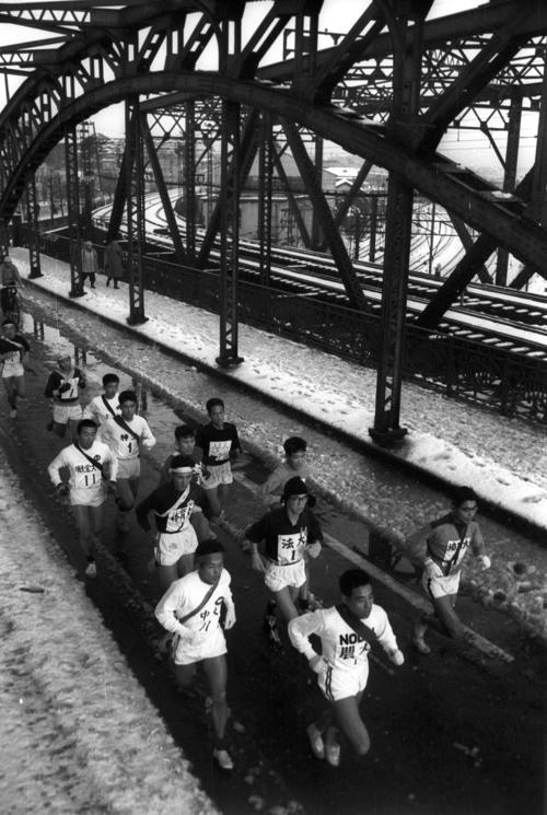 第35回大会 往路1区 八ツ山橋を行く先頭集団(1959年1月2日)