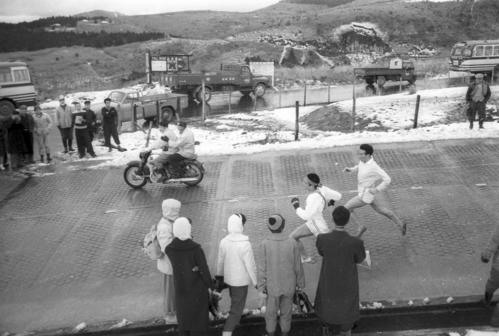 第35回大会 往路5区 芦ノ湖を右に見てゴール間近のトップ中大・金行秀則(左=3年)、右は伴走の西村(中大出)(1959年1月2日)