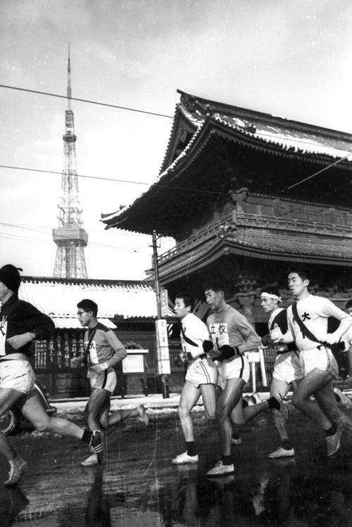 第35回大会 往路1区 増上寺前を通過する一団。左奥には12月に完工したばかりの東京タワー(1959年1月2日)