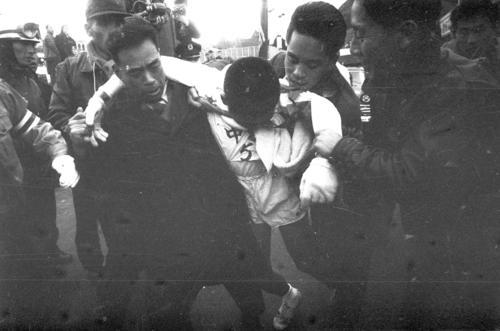 36回大会 往路5区郵便局前ゴール 快調に飛ばし日大との差を3分20秒にした中大・横溝三郎(2年)だったが、小涌園・三河屋前で腹痛を起こし突然歩き出すブレーキ、東京教育大に抜かれ往路3位でゴール(1960年1月2日)