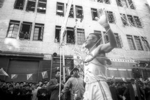 第36回大会 復路10区読売新聞社横ゴール 大会史上初の12時間の壁を破る11時間59分33秒の大記録を樹立して2年連続9度目の優勝ゴールする中大のアンカー奥宮和文(2年)(1960年1月3日)