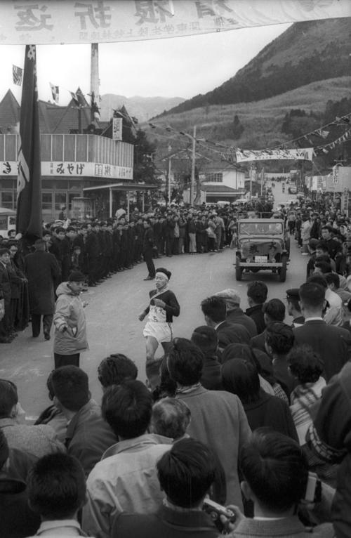 第36回大会 往路10区郵便局前ゴール 区間トップの東京教育大・長田正幸(4年)は往路2位でゴール(1960年1月2日)