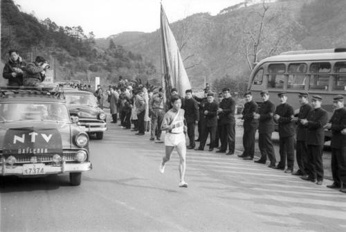 第36回大会 往路5区 下馬評を覆し勇躍トップに立った日大・中村次義(4年)は、湯本で応援団の声援を受け山登りへ(1960年1月2日)