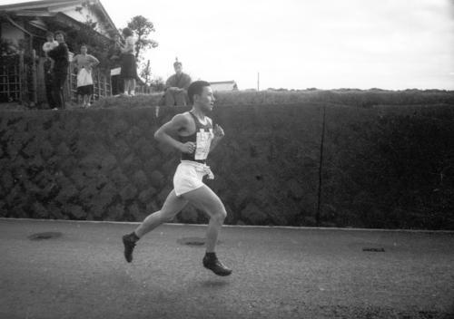 第36回大会 往路4区 大磯の下りでスパートした日大・村田成男(2年)は、区間新の1時間3分18秒でトップを快走(1960年1月2日)