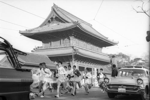 第36回大会 往路1区 増上寺前を行く集団(1960年1月2日)