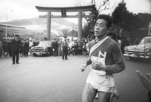 第36回大会 往路5区 区間2位の記録でトップを守り往路ゴールへ向かう日大・中村次義(4年)(1960年1月2日)