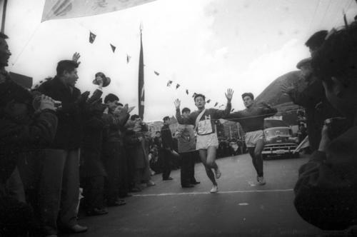 第36回大会 往路10区郵便局前ゴール 6時間1分06秒の往路新でゴールした日大・中村次義(左=4年)、右は伴走の先輩・瀬戸(1960年1月2日)
