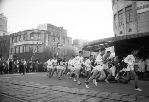 第36回大会 往路1区 午前8時、15校が読売新聞社横を一斉スタート(1960年1月2日)