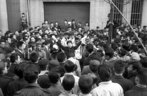 第36回大会 復路10区読売新聞社横ゴール 大会史上初の12時間の壁を破る11時間59分33秒の大記録を樹立し、2年連続9度目の優勝をした中大のアンカー奥宮和文(2年)は、応援団の祝福を受ける(1960年1月3日)