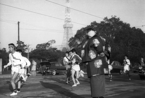 第36回大会 往路1区 東京タワーを背に日比谷通りを行く一団(1960年1月2日)