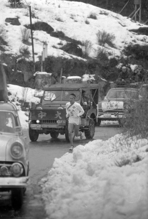 第38回大会 往路5区 3年ぶりに雪に覆われた箱根路を快走するトップ中大・中島輝雄(2年)(1962年1月2日)