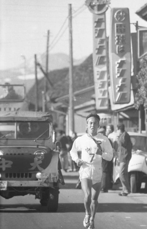 第38回大会 復路7区 首位を独走する中大7区千野武久(4年)(1962年1月3日)