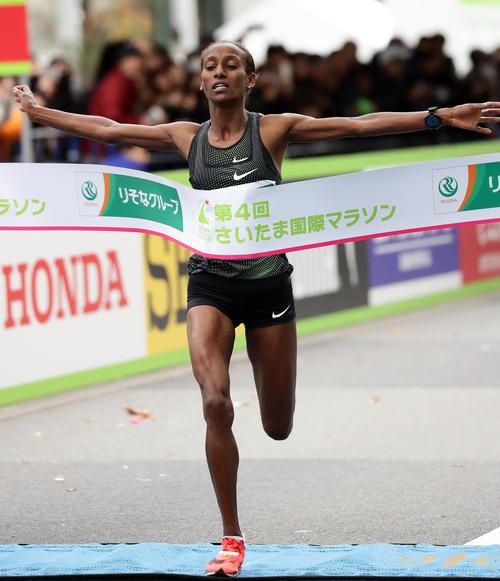 さいたま国際マラソンで優勝のテープを切るゴサ(撮影・浅見桂子)
