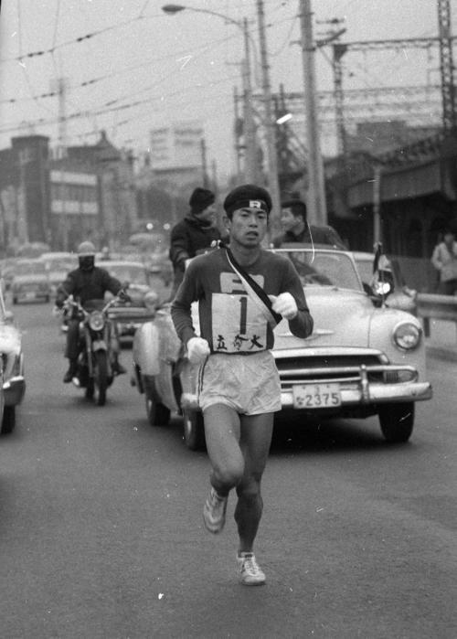第40回大会 往路1区 特別参加の立命館大・伊藤浩敬(3年)は区間7位の力走(1964年1月2日)