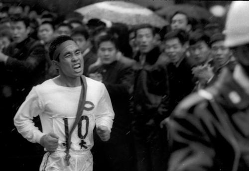 第40回大会 復路10区 2分17秒差を奇跡の逆転、6連覇(通算13度目)を達成した中大のアンカー若松軍蔵(2年)(1964年1月3日)