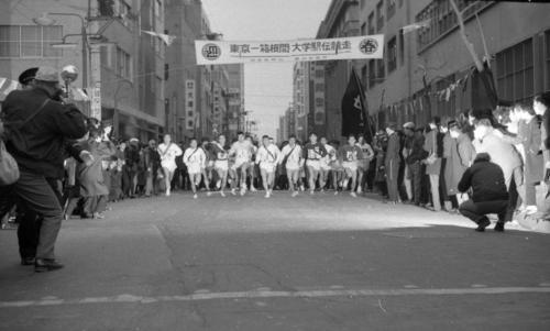 第40回大会 往路1区 午前8時、読売新聞社横を特別参加の福岡大、立命館大を加え17校が一斉スタート(1964年1月2日)