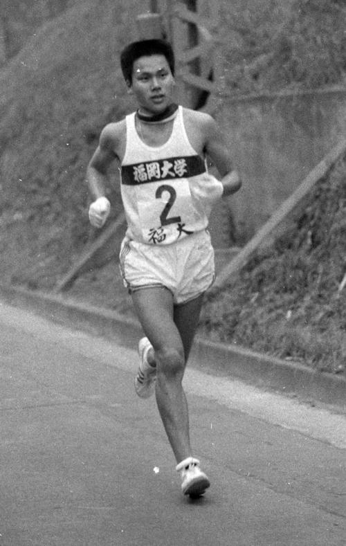 第40回大会 往路2区 特別参加の福岡大・重松森雄(2年)は参考記録ながら区間新の日大・高口徹を上回る1時間3分52秒で6人抜きトップ日大に迫る(1964年1月2日)