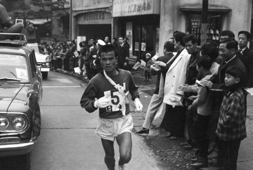 第40回大会 往路5区 45秒差トップでタスキをもらい山登りをする日大・上原敏彦(1年)(1964年1月2日)