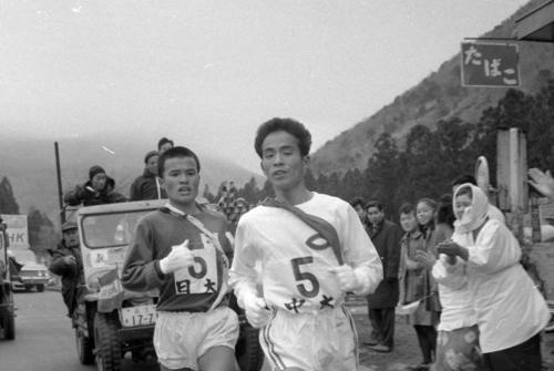 第40回大会 往路5区 芦ノ湯頂上で並んだ中大・中村健司(右=4年)と日大・上原敏彦(左=1年)は、ゴール直前まで5キロの間壮絶なデッドヒートを繰り広げる(1964年1月2日)