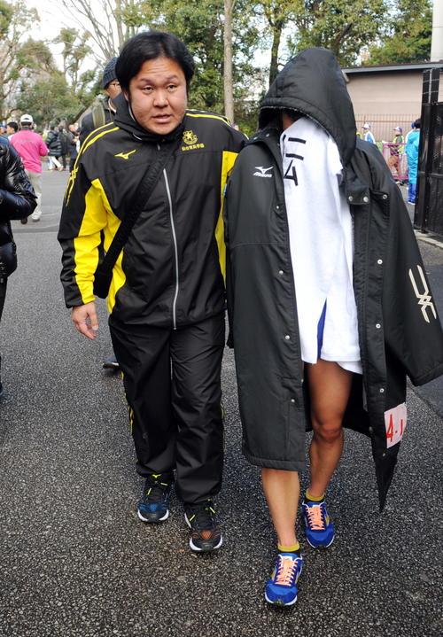 女子連覇を逃した仙台育英は泣きじゃくるアンカー武田主将(右)を釜石監督がいたわる