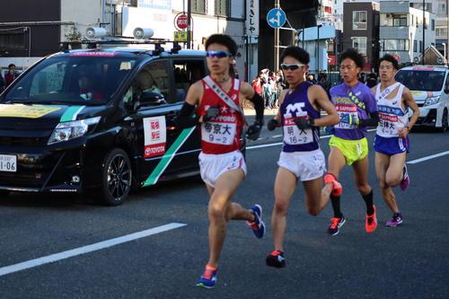 新子安駅前を通過する帝京大・畔上、明大・中島、中央学院大・高橋、日体大・山口