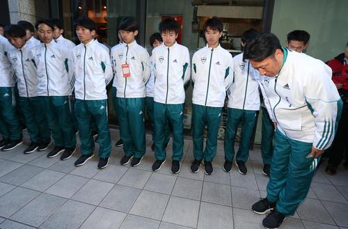 優勝を逃し、選手と並んで応援者に深々と一礼する青学大の原監督(撮影・狩俣裕三)