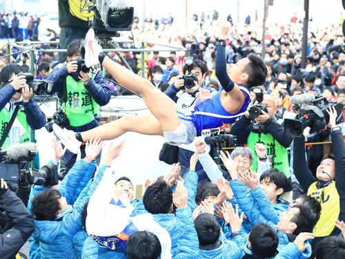 箱根駅伝初優勝のゴールテープを切りチームメートから胴上げさせる東海大10区郡司(撮影・江口和貴)