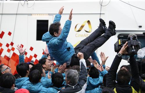総合優勝を果たし、選手に胴上げされる東海大の両角監督(中央)(撮影・狩俣裕三)