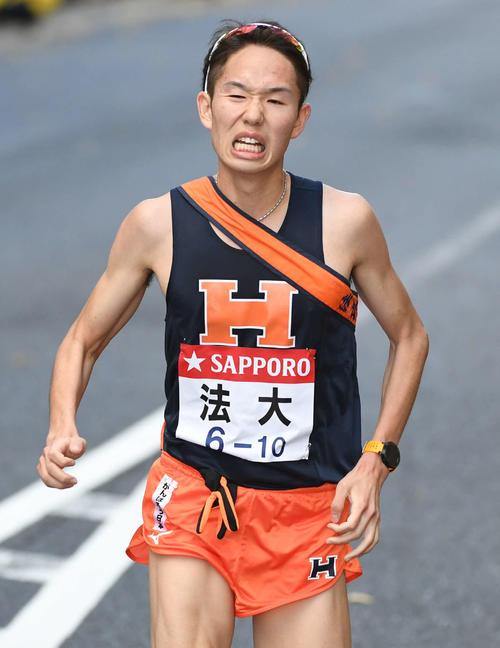 6位でゴールする法大10区鈴木(撮影・山崎安昭)